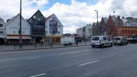 Torget i Bergen, forbipasserande bilar